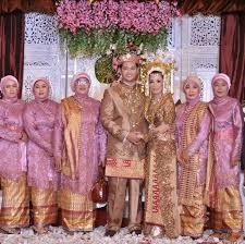 Desain baju Seragam Keluarga Pengantin Muslim Modern