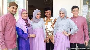 Desain baju Muslim Seragam Keluarga Pengantin Modern