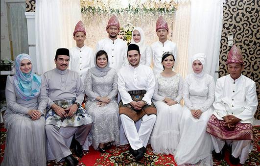 Model Baju Seragam Keluarga Pesta Perkawinan Terbaru